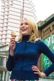 Apreciando um gelado Imagens de Stock