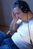 Apreciando um momento quieto com música. Fotografia de Stock