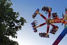 Apreciando um passeio de emoção em um parque de diversões Fotografia de Stock Royalty Free