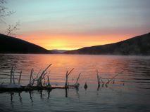 Apreciando um por do sol bonito do lago do mergulhão-do-norte! Fotografia de Stock