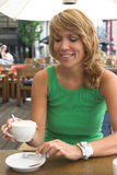 Apreciando uma chávena de café fotografia de stock