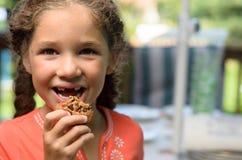 Apreciando uma cookie fotografia de stock
