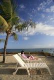 Apreciando a vida ao trabalhar na praia Foto de Stock