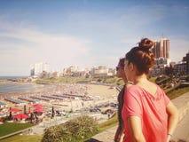 Apreciando a vista da praia Imagem de Stock