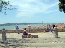 Apreciando a vista de Saint George Castle, Lisboa Foto de Stock Royalty Free