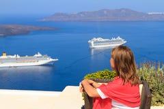 Apreciando a vista de Santorini Fotos de Stock Royalty Free