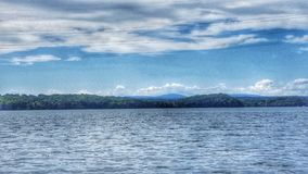 Apreciando a vista que kayaking fotografia de stock