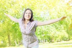 Apreciação da jovem mulher da felicidade na natureza Foto de Stock Royalty Free