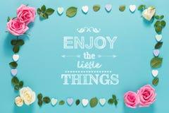 Aprecie as coisas pequenas com rosas e folhas fotos de stock