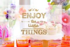 Aprecie as coisas pequenas com tabela da sobremesa imagens de stock