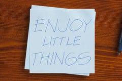 Aprecie as coisas pequenas escritas em uma nota Fotos de Stock Royalty Free
