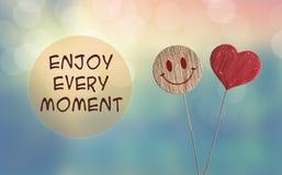 Aprecie cada momento com coração e sorria emoji imagens de stock royalty free