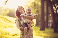 Aprecie na maternidade Mãe da Idade Média com seu bebê imagens de stock royalty free