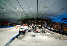 Aprecie a neve no deserto em Ski Dubai fotografia de stock royalty free