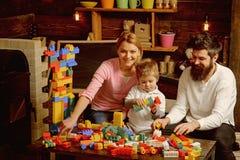 Aprecie o conceito A criança pequena e a família apreciam jogar com tijolos do brinquedo Aprenda apreciar e apreciar aprender imagem de stock