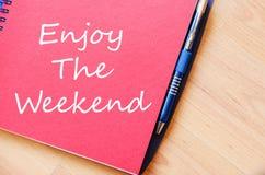 Aprecie o fim de semana escrevem no caderno imagens de stock royalty free