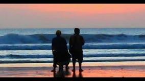 Aprecie o por do sol na praia video estoque