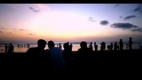 Aprecie o por do sol na praia vídeos de arquivo