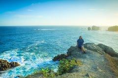 Aprecie o por do sol na praia do siung, Indonésia Imagens de Stock