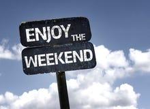 Aprecie o sinal do fim de semana com nuvens e fundo do céu fotos de stock royalty free