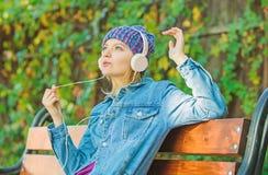 Aprecie o som poderoso Sentimento impressionante Menina funky fresca para apreciar a m?sica nos fones de ouvido exteriores A meni foto de stock