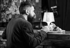 Aprecie a refei??o Cliente do restaurante O terno formal do moderno senta-se no contador da barra O homem recebeu a refei??o com  fotos de stock royalty free