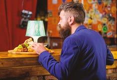 Aprecie a refei??o Cliente do restaurante O terno formal do moderno senta-se no contador da barra O homem recebeu a refei??o com  imagens de stock royalty free