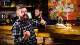Aprecie a refei??o no bar Petisco alto da caloria Moderno que relaxa no bar O bar est? relaxando o lugar para ter a bebida e rela imagens de stock