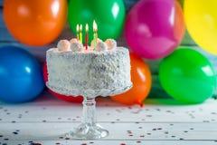 Aprecie seu bolo de aniversário do coco fotografia de stock