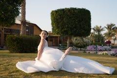 Aprecie seu dia Fundo tropico branco luxuoso da natureza do dia ensolarado de vestido de casamento da noiva Casamento tropico Bon Foto de Stock Royalty Free
