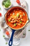 Aprecie seus feijões cozidos fez de tomates e de ervas frescos imagens de stock royalty free