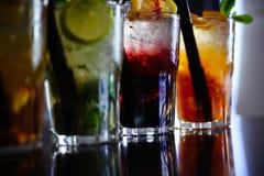 Aprecie uma bebida Bebidas congeladas em vidros de cocktail na barra O alcoólico misturou bebidas com o gelo Bebidas suculentas c fotos de stock