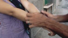 A apreensão algema a mulher vídeos de arquivo
