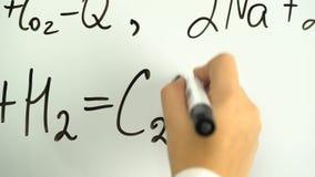 Aprenda al tablero blanco del marcador confiado del profesor de la fórmula de la ciencia o de la química almacen de metraje de vídeo