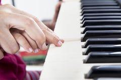 Aprenda cómo jugar el piano Fotos de archivo