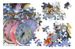 Aprenda controlar o tempo - pulsos de disparo de tabela coloridos velhos do metal, conce foto de stock
