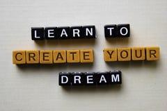 Aprenda criar seu sonho em blocos de madeira Conceito do neg?cio e da inspira??o foto de stock