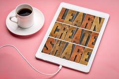 Aprenda, crie e compartilhe do abstrtact da palavra na tabuleta fotos de stock