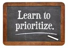 Aprenda dar a prioridade fotos de stock royalty free