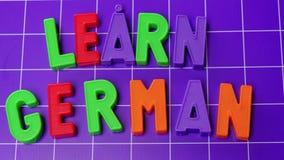 Aprenda el alfabeto de la lengua alemana en letras de los imanes almacen de video