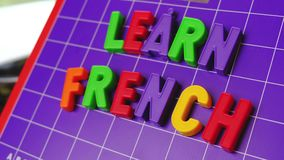 Aprenda el alfabeto de la lengua francesa en letras de los imanes almacen de metraje de vídeo