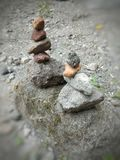 Aprenda el arte de apilar piedras foto de archivo