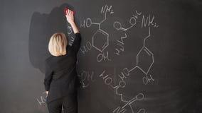 Aprenda el fondo hermoso confiado de la pizarra de la tiza del profesor de la mujer de la fórmula de la ciencia o de la química metrajes