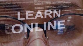 Aprenda el texto en línea en fondo del desarrollador de sexo femenino almacen de metraje de vídeo