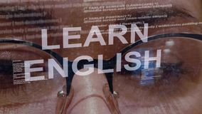 Aprenda el texto inglés en fondo del desarrollador de sexo femenino almacen de video