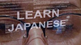 Aprenda el texto japonés en fondo del desarrollador de sexo femenino almacen de metraje de vídeo