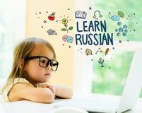 Aprenda el texto ruso con la niña fotografía de archivo