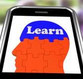 Aprenda en el entrenamiento de Brain On Smartphone Showing Human Imágenes de archivo libres de regalías