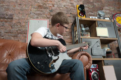 Aprenda jogar a guitarra Fotografia de Stock Royalty Free