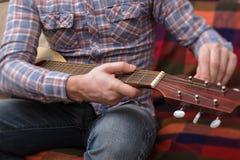 Aprenda jogar uma guitarra pequena Fotografia de Stock Royalty Free